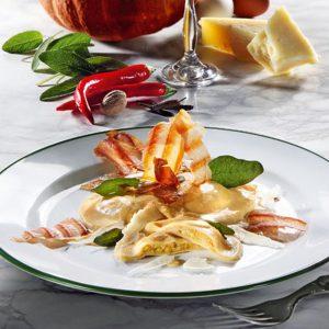 Rezept Kürbisravioli in Kürbis-Amaretto-Sauce mit Schinkenkrusteln, Salbeiblättern und Parmesan