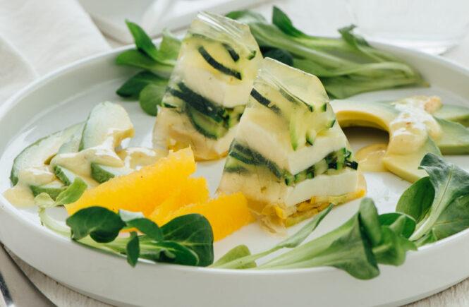 Rezept Zucchininudel-Mozzarella-Terrine auf Avocado-Orangen-Salat