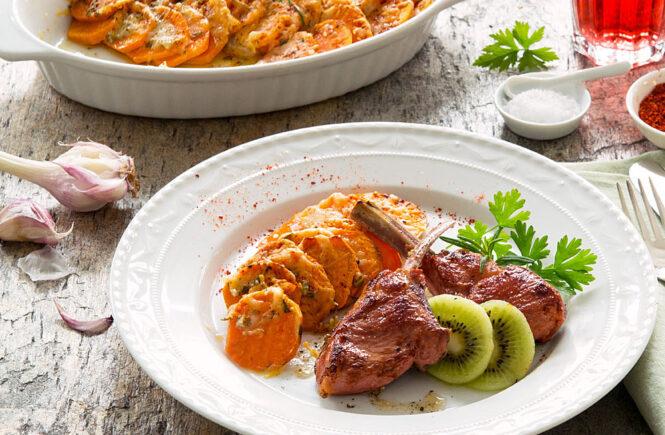 Süßkartoffel-Gratin mit Lammkoteletts und Kiwi