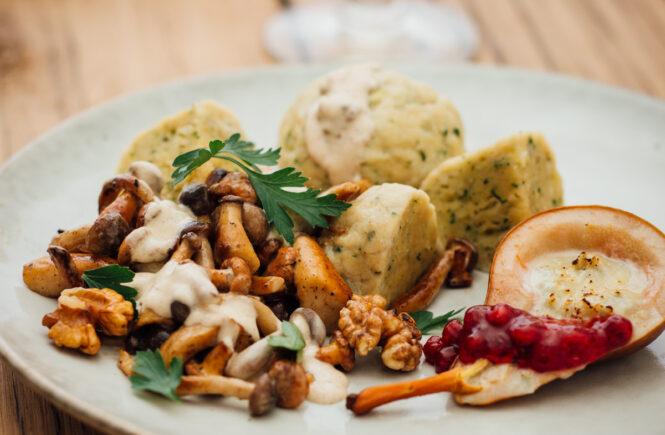 Rezept Pilzragout mit Gorgonzola-Birne und Semmelknödel