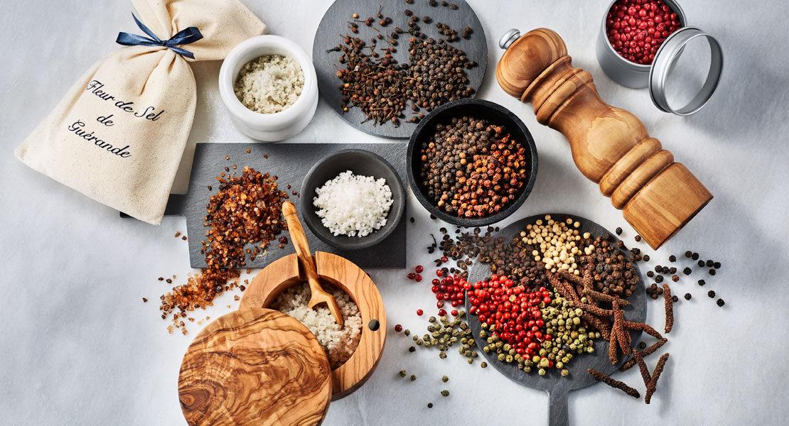 Verschiedene Sorten Salz und Pfeffer